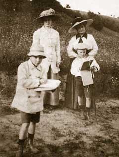 Елена Ивановна (справа), Юрий и Святослав Рерихи. Бологое, 1913
